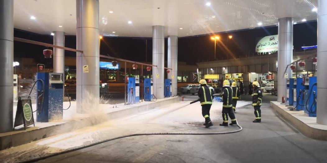 صور.. سيارة تتسبب في حريق داخل محطة بنزين بالمدينة