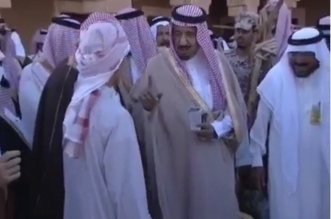 فيديو نادر.. الملك سلمان في سدير قبل 15 عامًا ويمازح راعي الحطب - المواطن