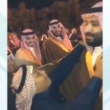 فيديو.. هكذا رد ولي العهد على طفل أراد تقبيل رأسه بالجوف - المواطن