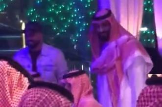 فيديو.. ولي العهد يصافح أحد الحضور في مطعم بجزيرة ياس - المواطن