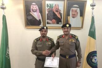 العقيد الظبية يتسلم شهادة وسام فارس من مدير مدني الباحة - المواطن