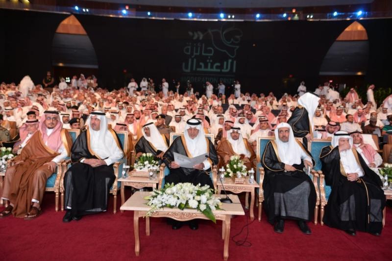 صور.. الفيصل يكرم الدكتور محمد العيسى بجائزة الاعتدال 2018 - المواطن