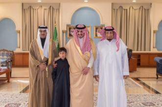 أمير الجوف مخاطبًا طفلاً نام بانتظار مرور موكب الملك : فخورون بك وبوطنيتك - المواطن