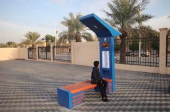 صور.. كراسٍ ذكية تعمل بالطاقة الشمسية بشوارع الرياض - المواطن