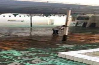 فيديو.. معلم يزيل مياه الأمطار بنفسه من داخل فناء مدرسة بالطائف - المواطن