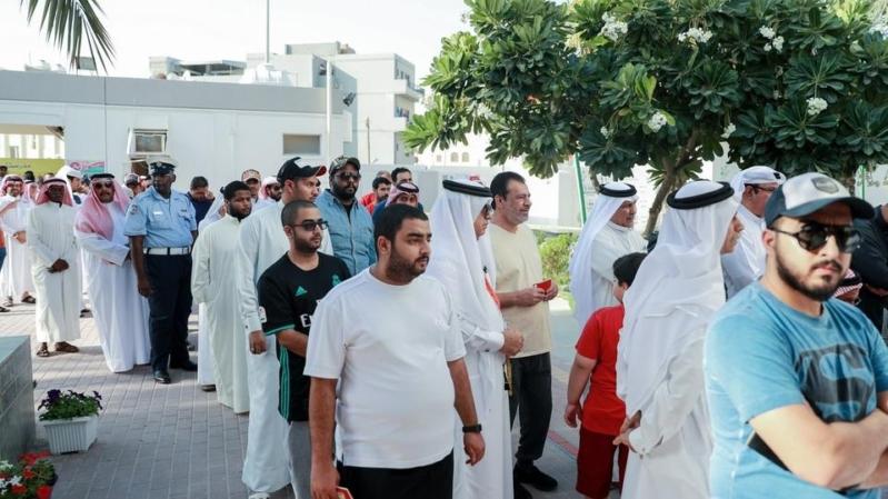 صور.. إقبال شبابي للتصويت بالانتخابات النيابية في البحرين