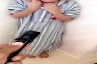 مشهد صادم.. عربي يهدد طفلاً بصاعق كهربائي بزعم تأديبه - المواطن