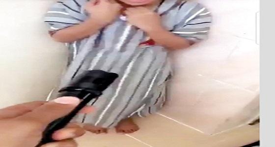مشهد صادم.. عربي يهدد طفلاً بصاعق كهربائي بزعم تأديبه