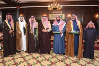 صور.. أمير تبوك يسلم ذوي شهداء محمية الخنفة وسام الملك عبدالعزيز - المواطن
