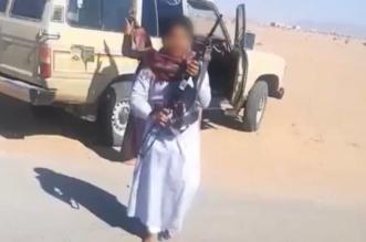 إحالة مواطن ظهر أطفاله وهم يطلقون النار من رشاش إلى الجهات المختصة - المواطن