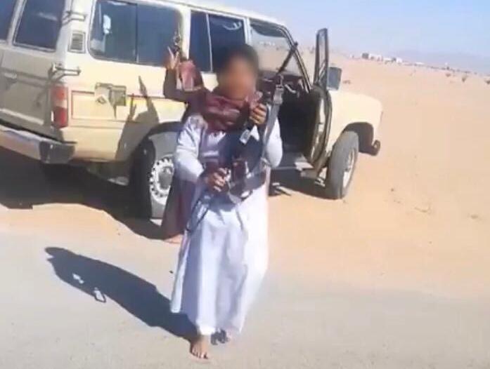 إحالة مواطن ظهر أطفاله وهم يطلقون النار من رشاش إلى الجهات المختصة