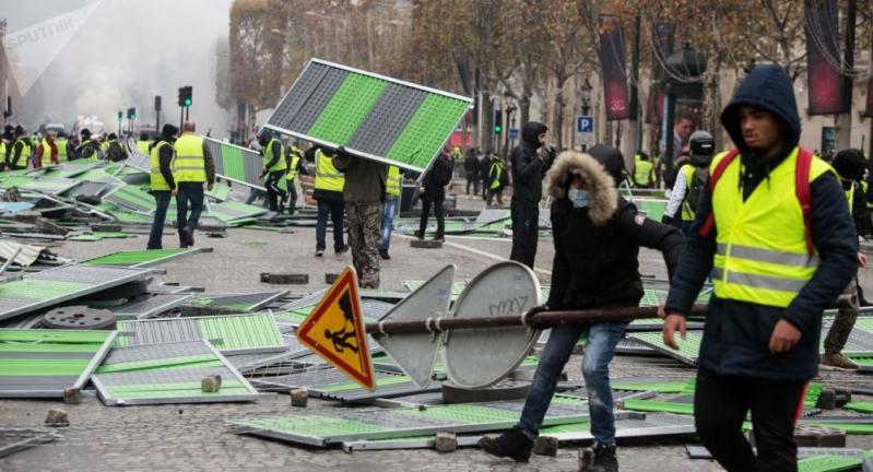الشرطة الفرنسية تخلي محيط قوس النصر في باريس باستخدام الغاز