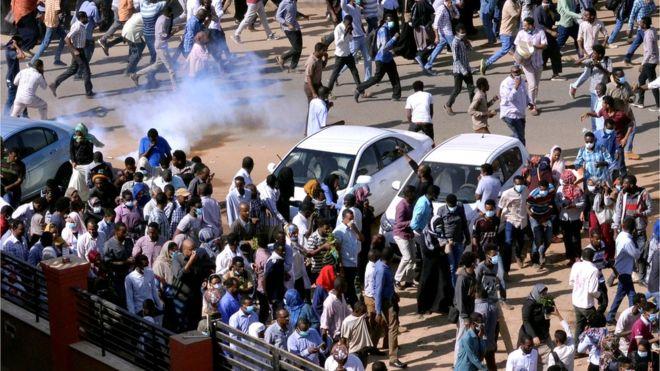 قوات الأمن تطلق الغاز المسيل للدموع على المحتجين في الخرطوم