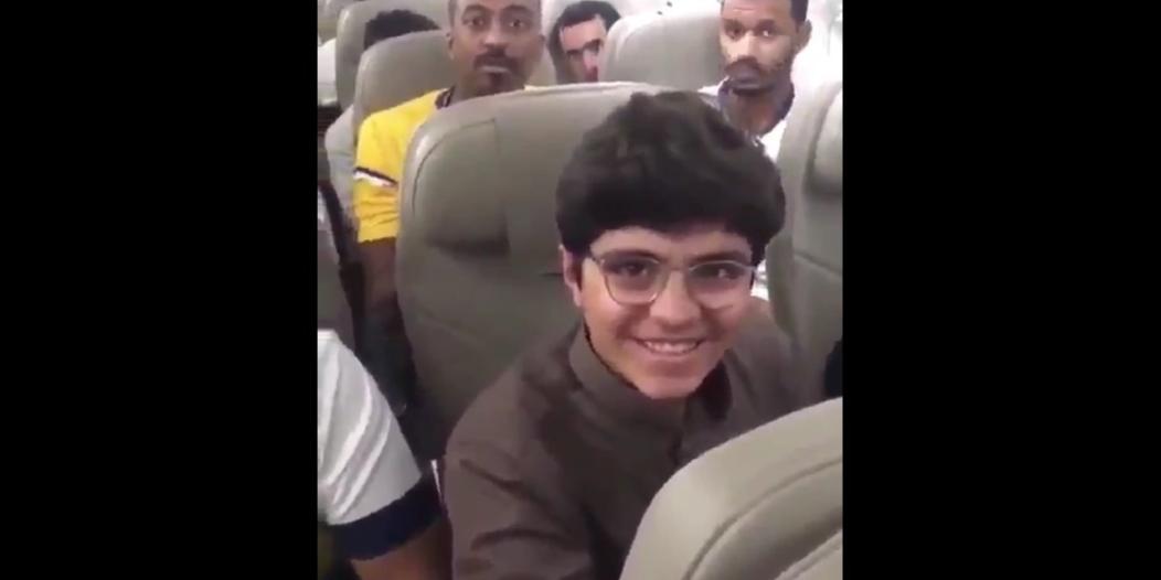 فيديو.. قائد طائرة السعودية يهنئ الطالب الحجيلان ورد فعل حماسي من الركاب