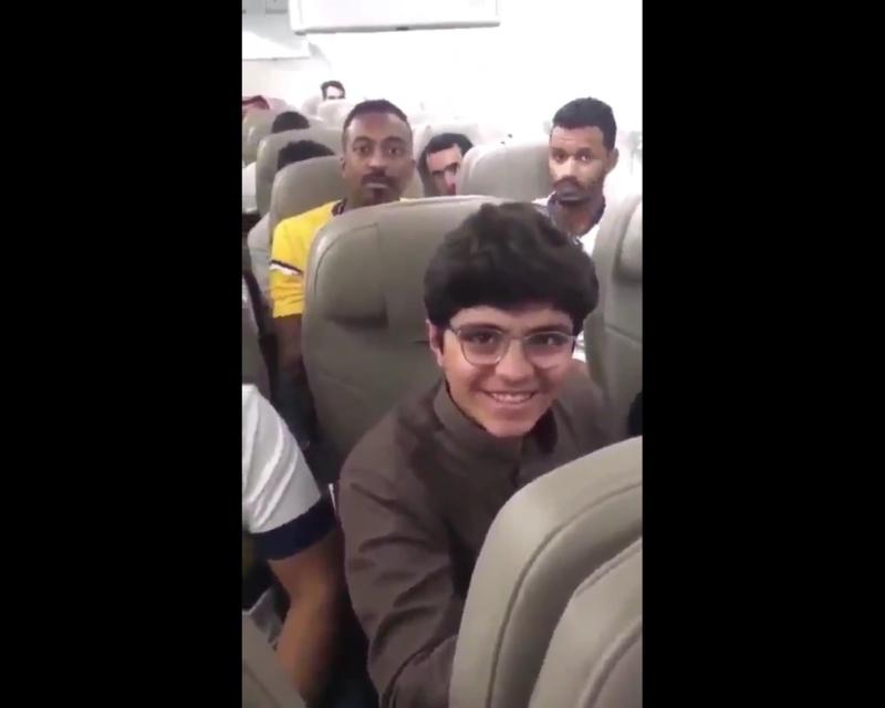 فيديو.. قائد طائرة السعودية يهنئ الطالب الحجيلان ورد فعل حماسي من الركاب - المواطن