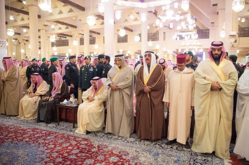 الملك سلمان يؤدي صلاة الميت على الأمير طلال بن عبدالعزيز آل سعود - المواطن