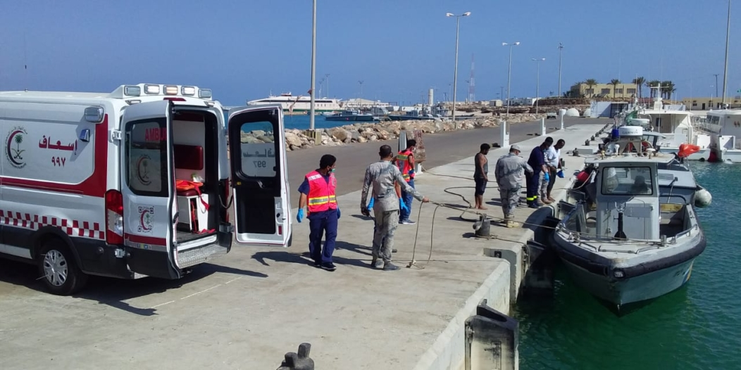 صور.. إنقاذ صيادين غرق قاربهما قرب جزر فرسان