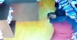 فيديو صادم.. رجل يعتدي على بائعة ملابس - المواطن
