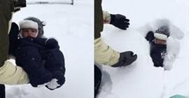 فيديو مروع.. أب يرمي طفله في الثلج وحدث ما لم يتوقعه - المواطن