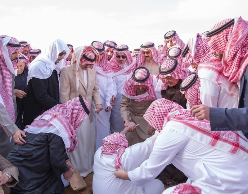 لقطات مؤثرة في تشييع ودفن الأمير طلال بن عبدالعزيز في مقبرة العود