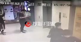فيديو.. سيدة تقتحم بناية بسيارتها وتدهس امرأتين - المواطن