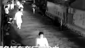 فيديو.. سيارة طائشة تطيح بأربع دراجات ومستقليها - المواطن