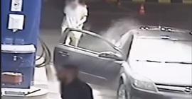 فيديو.. عامل بمحطة بنزين يلقن شابًا رفض إطفاء سيجارة درسًا لن ينساه
