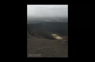 فيديو من الأعلى.. مشهد مهيب لفوهة بركان حرة النار في الشويمس - المواطن
