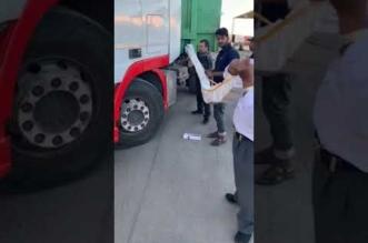 فيديو.. إحباط تهريب 300 كرز سجائر مخبأة داخل شاحنة - المواطن