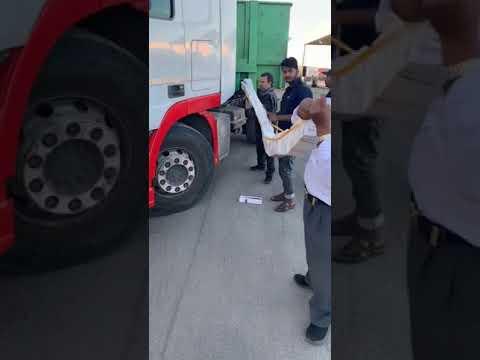فيديو.. إحباط تهريب 300 كرز سجائر مخبأة داخل شاحنة