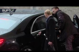 فيديو.. موقف محرج لـ #تيريزا_ماي بسبب قفل الأطفال في سيارتها! - المواطن