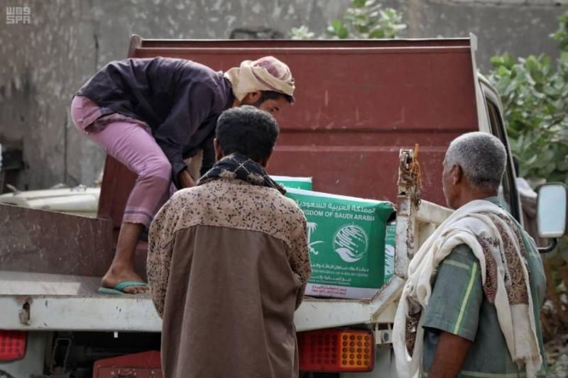 مركز الملك سلمان للإغاثة يوزع 71 طنًا من السلال الغذائية للنازحين والمتضررين في مديرية المسيمير بمحافظة حجة 1
