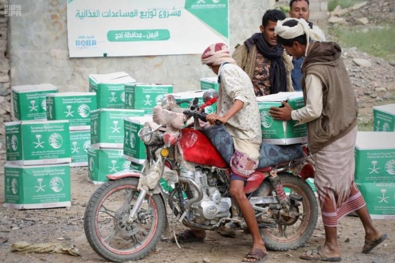 مركز الملك سلمان للإغاثة يوزع 71 طنًا من السلال الغذائية للنازحين والمتضررين في مديرية المسيمير بمحافظة حجة 3