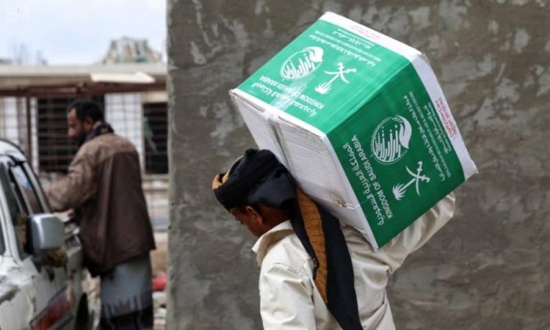 مركز الملك سلمان للإغاثة يوزع 71 طنًّا من السلال الغذائية في حجة