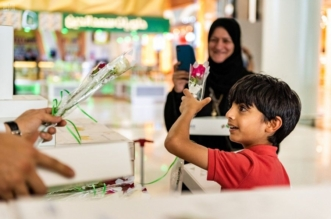 بالورود والحلوى.. مطارات المملكة تحتفي باليوم الوطني الإماراتي الـ 47 - المواطن