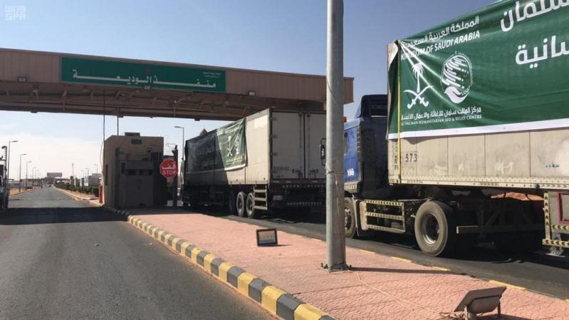 14 شاحنة تحمل 8,400 سلة غذائية تعبر منفذ الوديعة