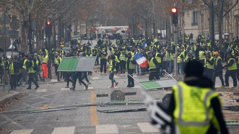 بعد موجة احتجاجات.. قرار فرنسي مرتقب بتعليق زيادة الضرائب على الوقود