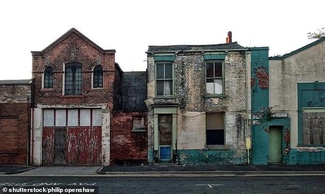 صور.. هذا ما فعله زوجان لبيع منزل قديم بـ20 مرة ضعف ثمنه