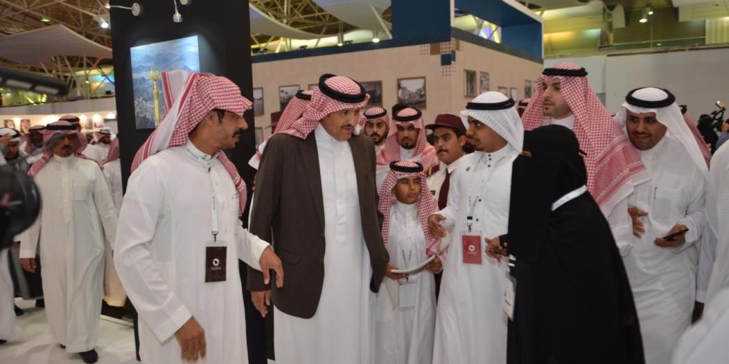 سلطان بن سلمان يُكرم المصور الراحل مدني سندي بملتقى ألوان السعودية