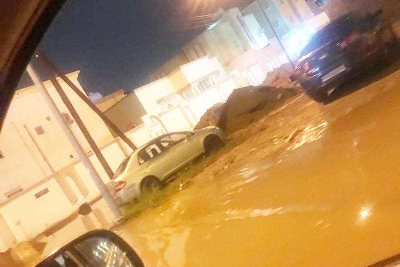 صور.. أمطار الـ5 ساعات تحاصر منازل جازان وتقطع الكهرباء