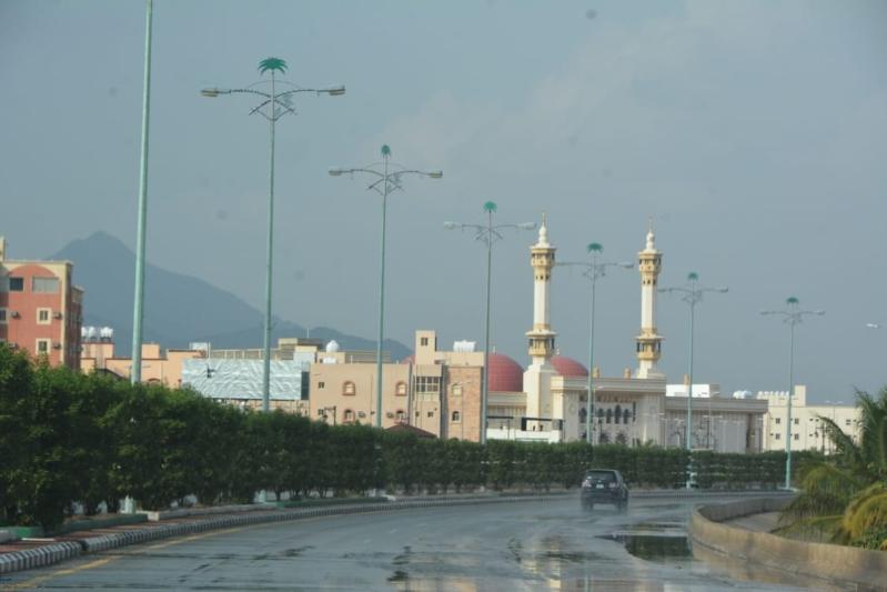 صور.. أمطار محايل تتواصل والمدني يحذر