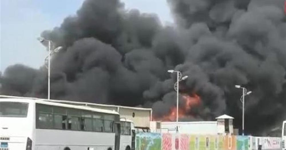النار تلتهم أكبر مجمع صناعي وتجاري في الحديدة بعد قصف حوثي