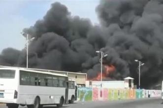 النار تلتهم أكبر مجمع صناعي وتجاري في الحديدة بعد قصف حوثي - المواطن