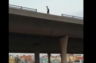 فيديو.. دوريات الأمن تنقذ شاباً حاول الانتحار من أعلى كوبري جدة - المواطن