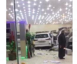 فيديو.. قائد لكزس يقتحم محل بيع مطابخ في رفحاء - المواطن