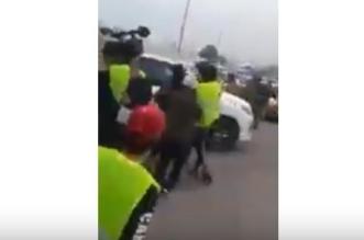 فيديو مستهجن.. محافظ البصرة يحاول الاعتداء على أصحاب السترات الصفراء - المواطن