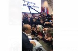 فيديو يُغني عن ألف مقال.. إعلاميون أجانب يتدافعون لأخذ تصريح من الفالح ومندوب قطر منبوذ - المواطن