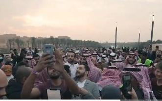 فيديو.. شعب محب يستلهم من قائده العظيم طموحًا يصل عنان السماء - المواطن