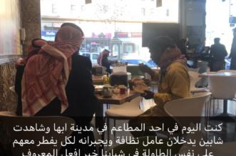 إنسانية في أبها.. شبان يشاركون عامل نظافة الإفطار بمطعم - المواطن