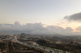 صور.. جبال تنومة تعانق السحاب والضباب مع زخات المطر - المواطن